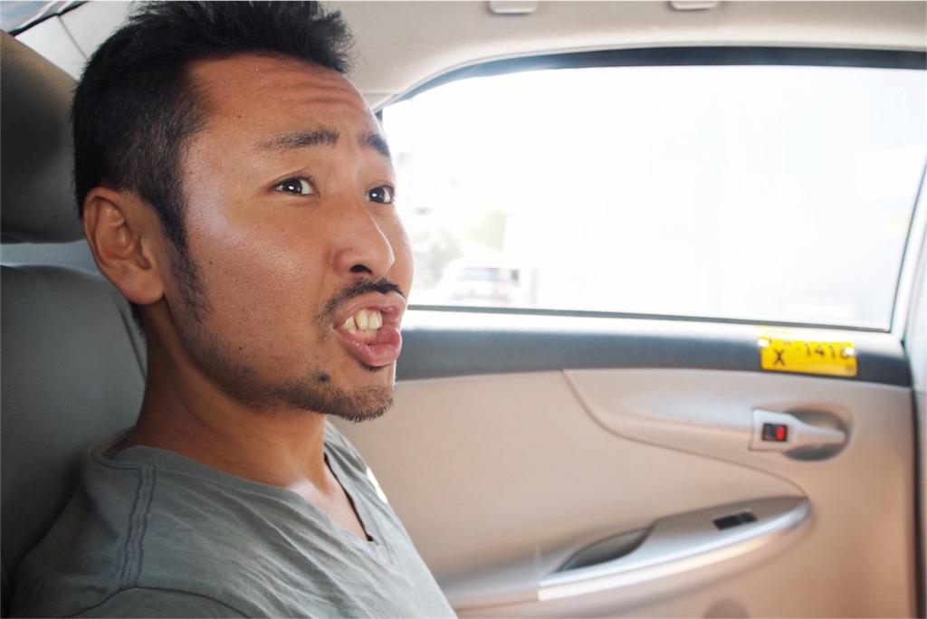 病院へ向かうタクシーの中でうきうきの旦那さん