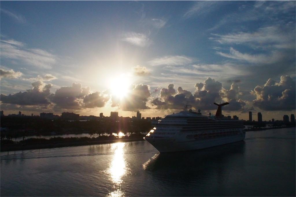 朝の日差しの中のクルーズ船