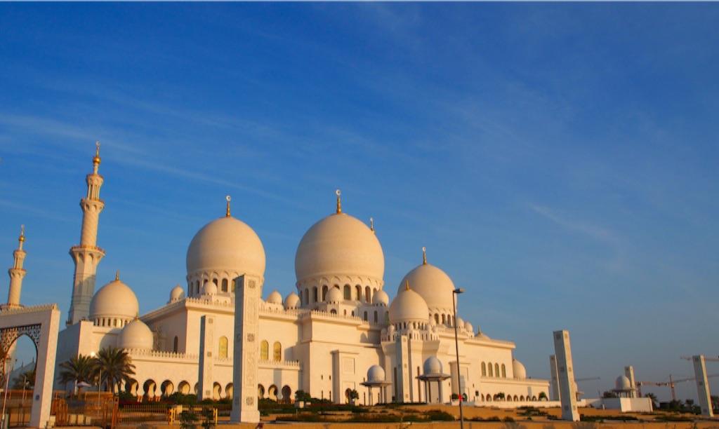 アブダビ 白く輝く シェイクザイードグランドモスク