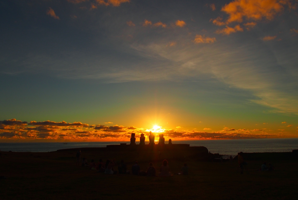 モアイとイースター島の夕陽